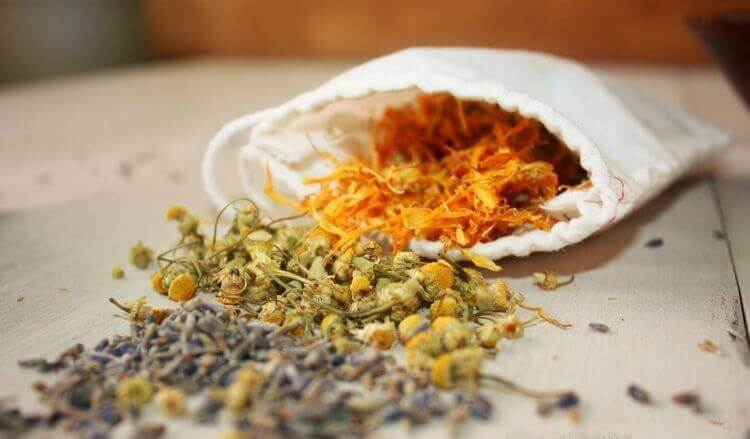 Herbal ingredients to make a children's bath for rashes and hives
