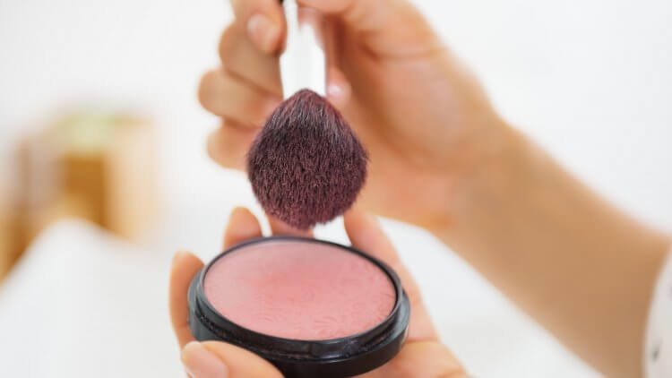 New reports show that makeup (and even toy makeup!) kits contain traces of asbestos. Here's what you need to know and tips for finding clean makeup.
