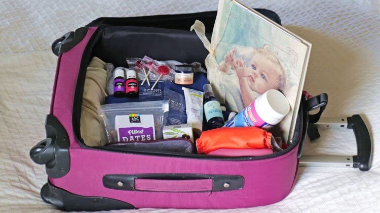 Packing for baby's big birthday? Awesome! This hospital bag checklist will make it easy peasy for you. These are natural essentials for birth & beyond.