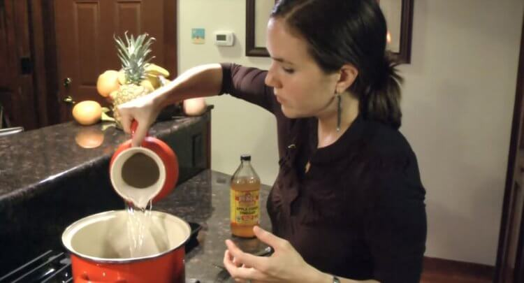How to Make Chicken Stock From Scratch by Mama Natural Featured